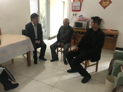 麒麟街道人大工委组织代表走访慰问困难党员与特困群众